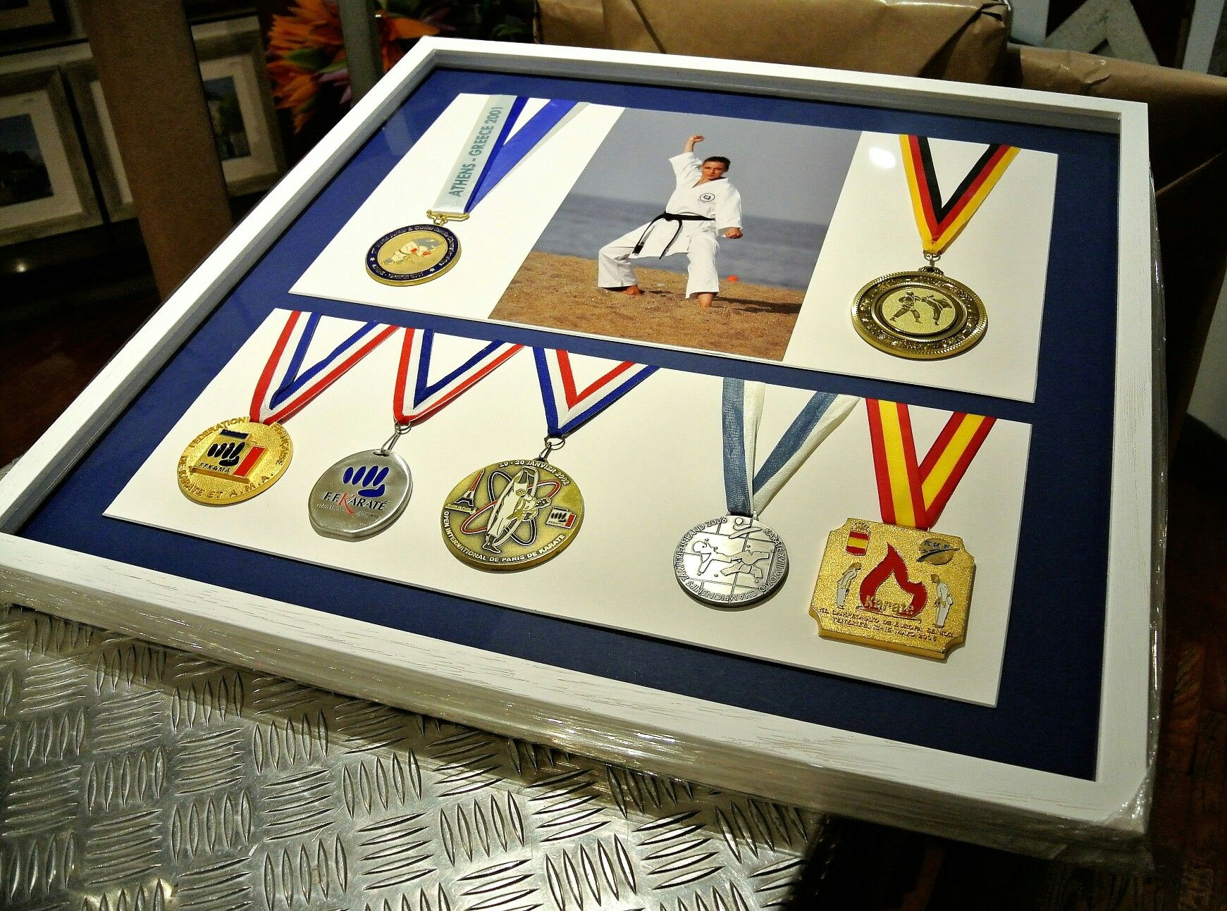 Marco en #shadowbox para #medallas de deportes | Marcos para el ...