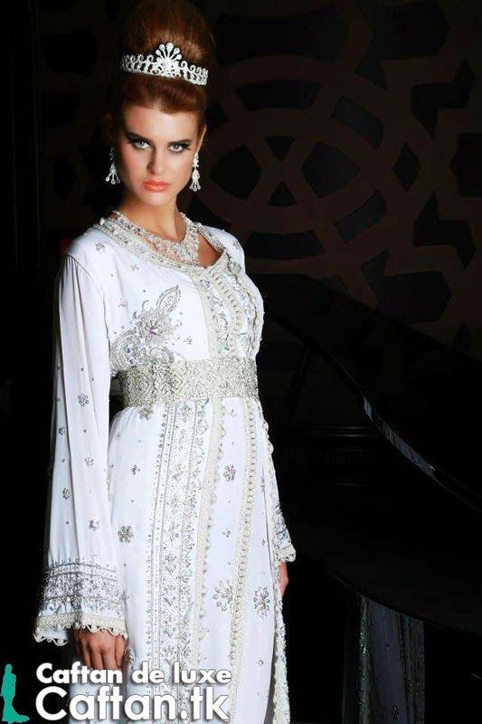 caftan marocain de luxe pr sent par une belle mannequin en ajoutant un charme suppl mentaire. Black Bedroom Furniture Sets. Home Design Ideas