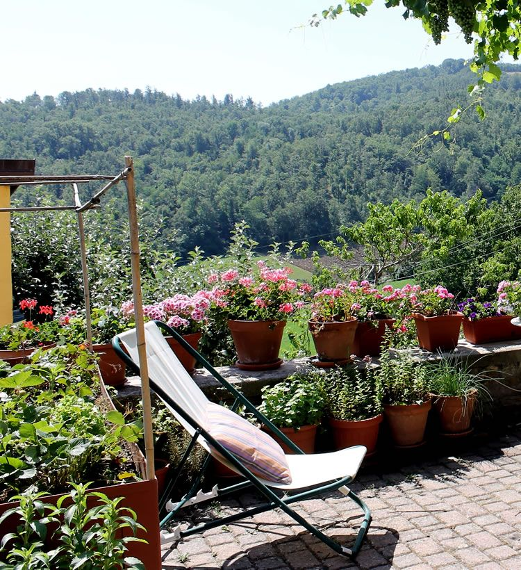 La terrazza e il tavolo da orto sul balcone, a sinistra // The ...