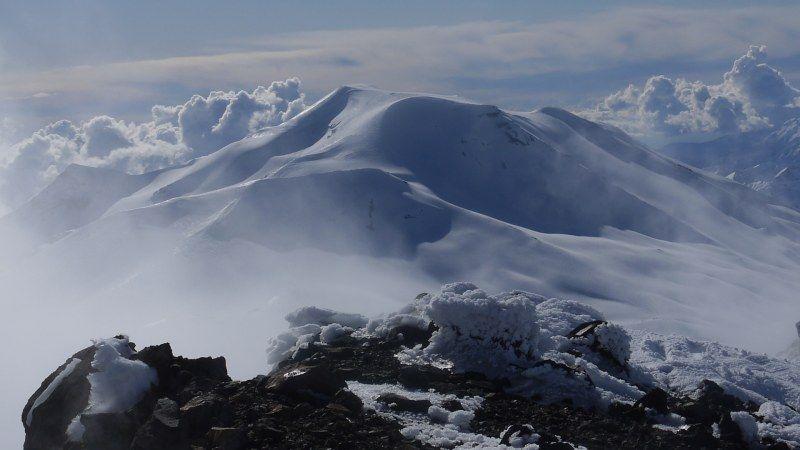 Le volcan Nevado par delà les fumerolles du cratère sommital du volcan Nuevo (Chili)
