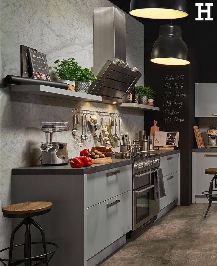 Graue Küchenfronten kombiniert mit Lampen im Industrial