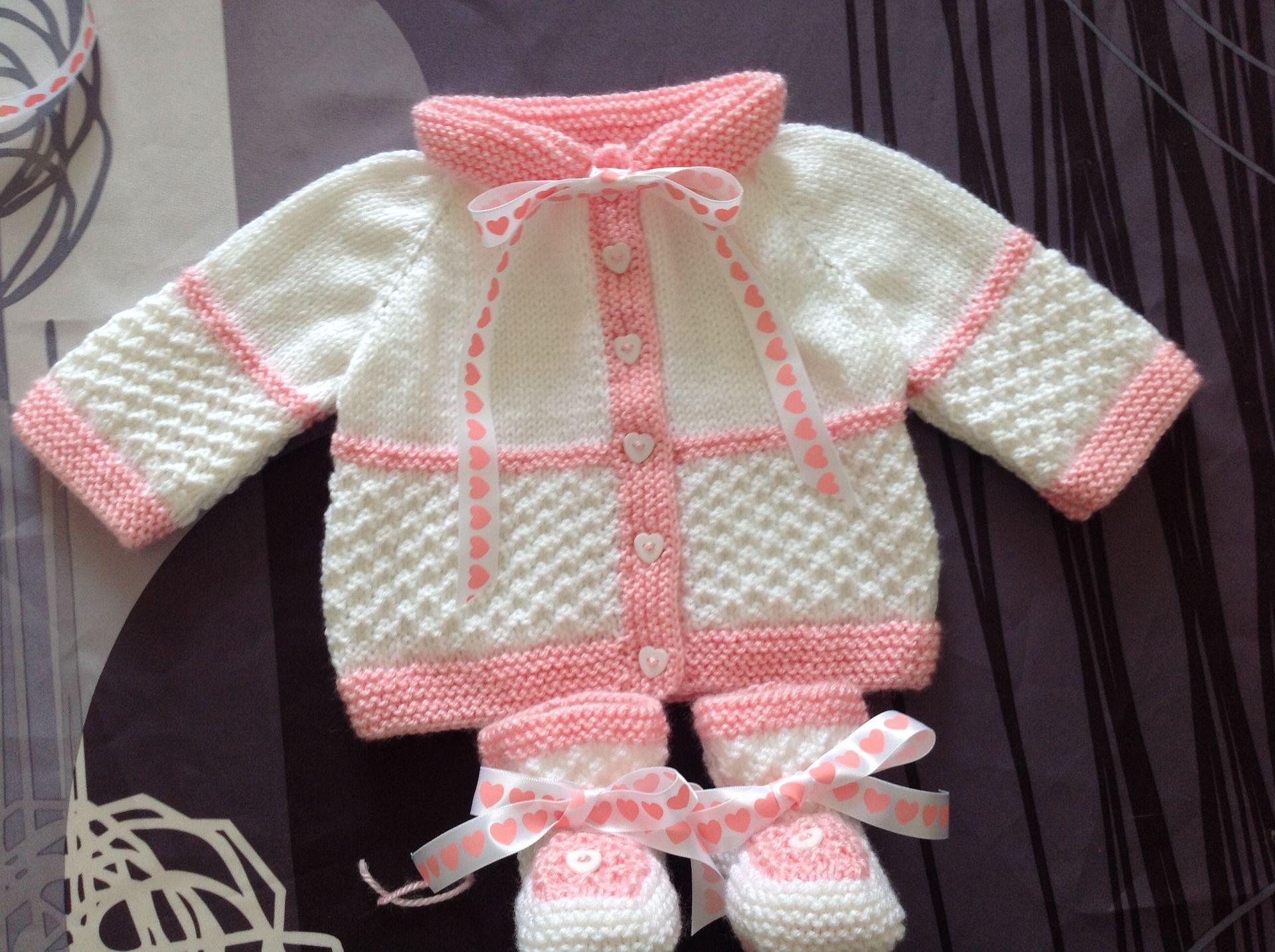 ea09faab6fb52 Brassiere et Chaussons Blanc et Rose Taille 3 Mois   Mode Bébé par coeur-de- layette