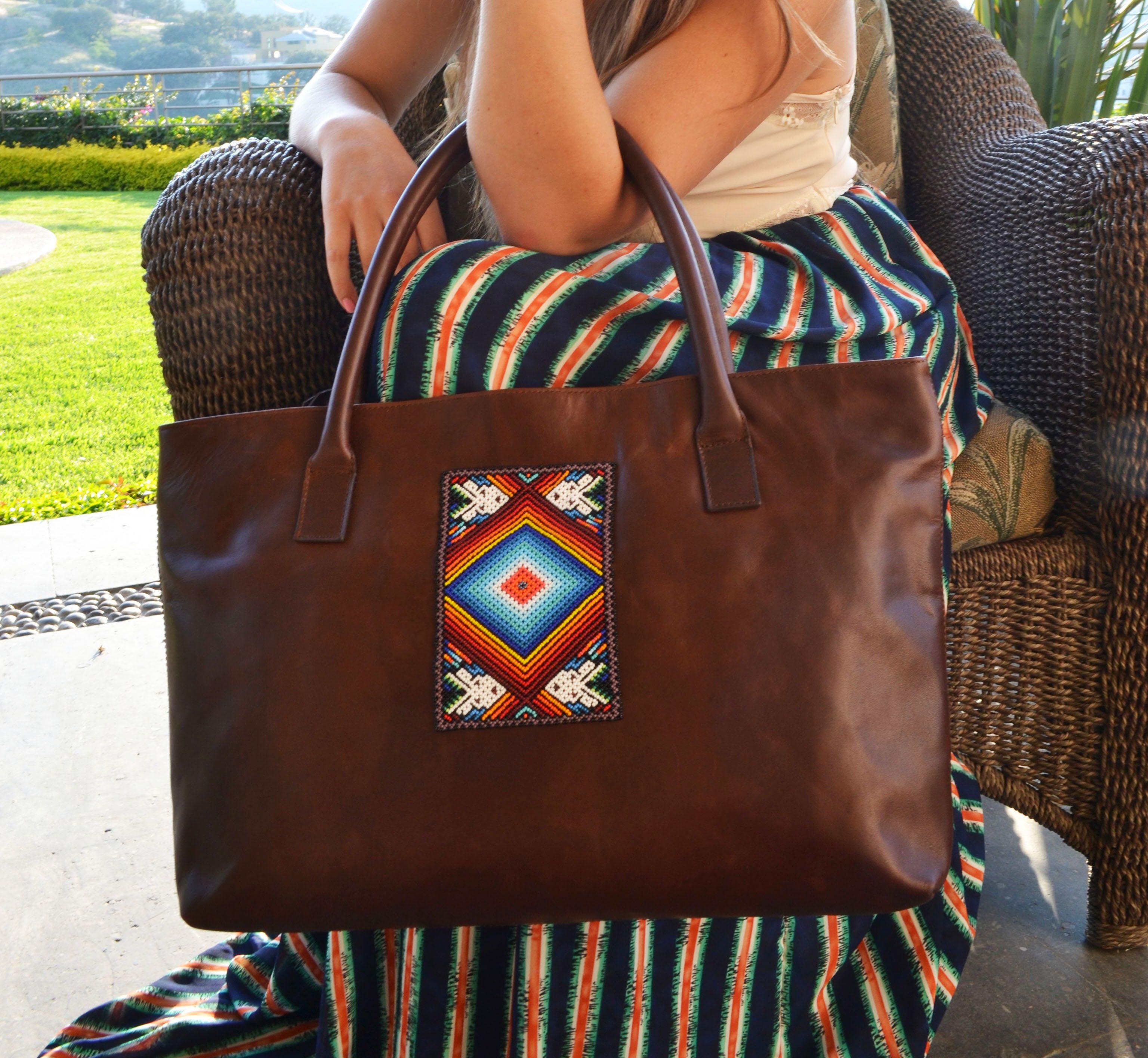 dc0fa5aae448a Bolsa de piel genuina con un toque de artesanía huichol único. Pieza única  y exclusiva.