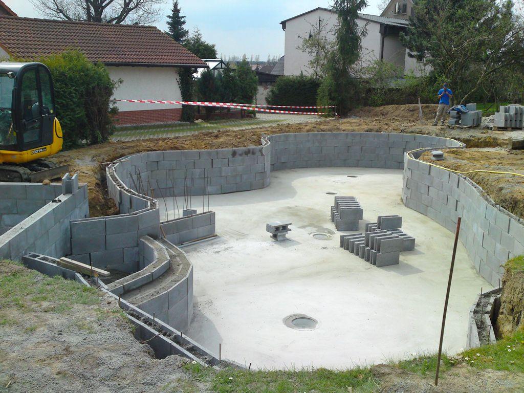 Schwimmteich Im Grossraum Naunhof Im Rohbau Mit Schalungssteinen Teichbau Garten Und Landschaftsbau Galabau Poolbau Pool Im Garten Pool Fur Kleinen Garten