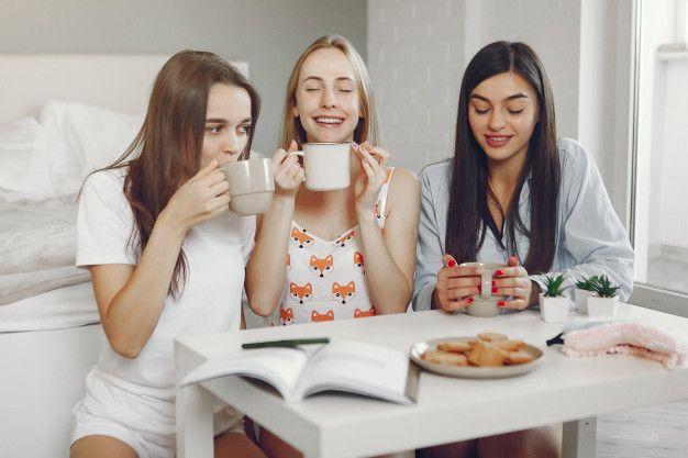 Photo of Tres chicas tienen fiesta de pijamas en … | Free Photo #Freepik #freephoto #ca…
