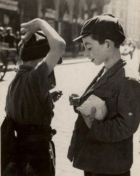 Roman Vishniac Deux garçons comparent des cadeaux de Pourim, Varsovie 1935-1938