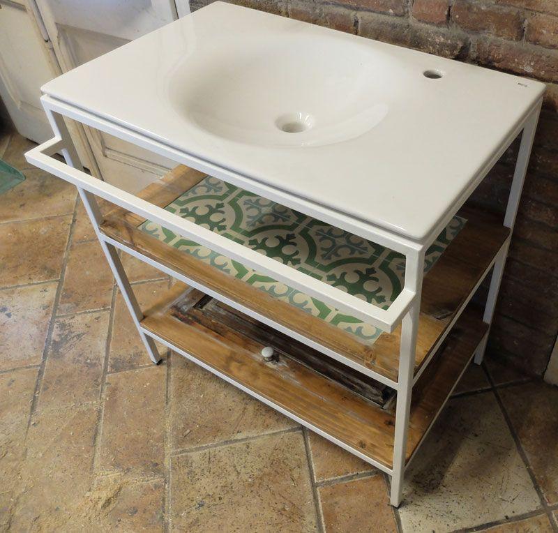 Mueble lavabo a medida con estructura de hierro, toallero y baldas ...