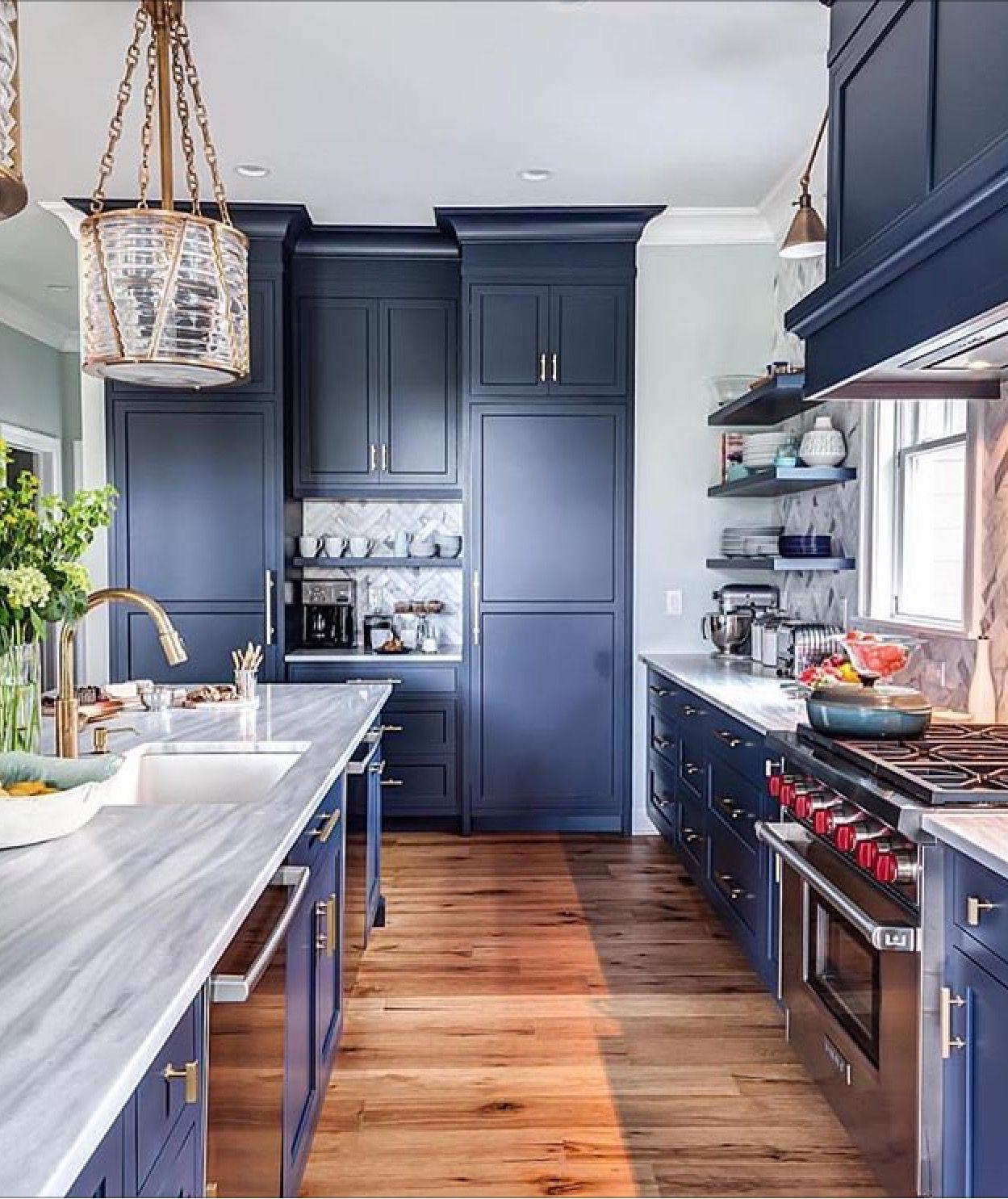Herringbone Pattern Marble Backsplash With Images Projekty Wnetrz Kuchni Luksusowe Kuchnie Projekty Kuchni