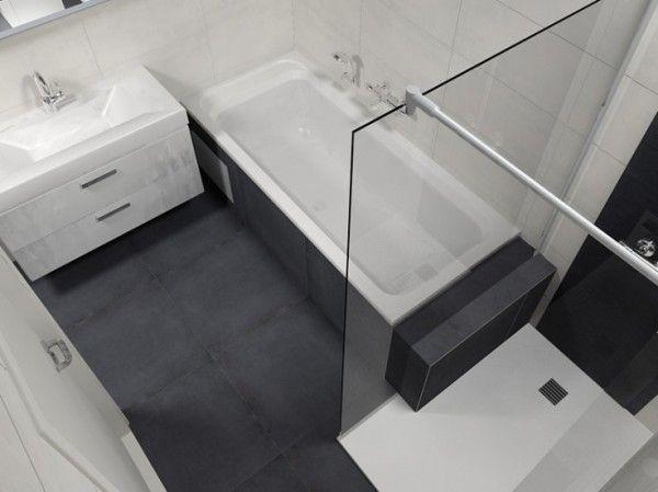 Ook in een kleine badkamer is een ligbad en een aparte douche ...