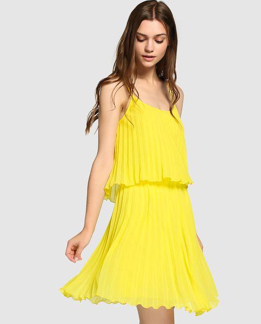 0d267e762b Vestido corto en color amarillo plisado. Tiene tirantes y escote redondo.