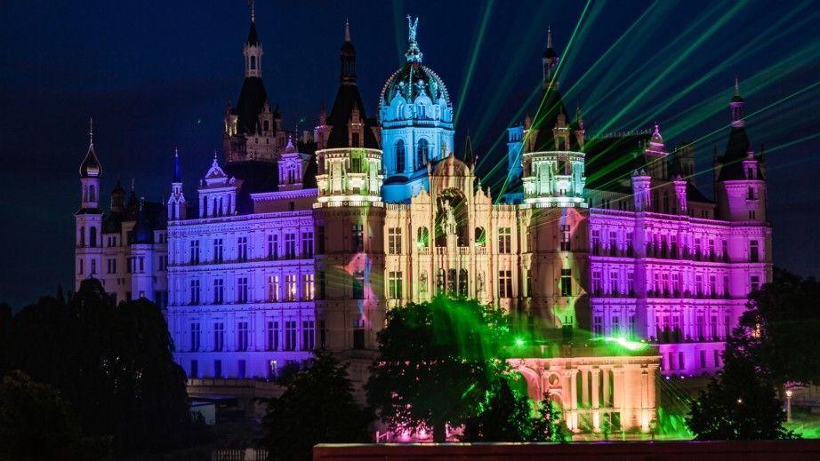 Licht-Spektakel im Dunkeln: Das Schloss wird Freitag und Sonnabend in großartige Farben getaucht.