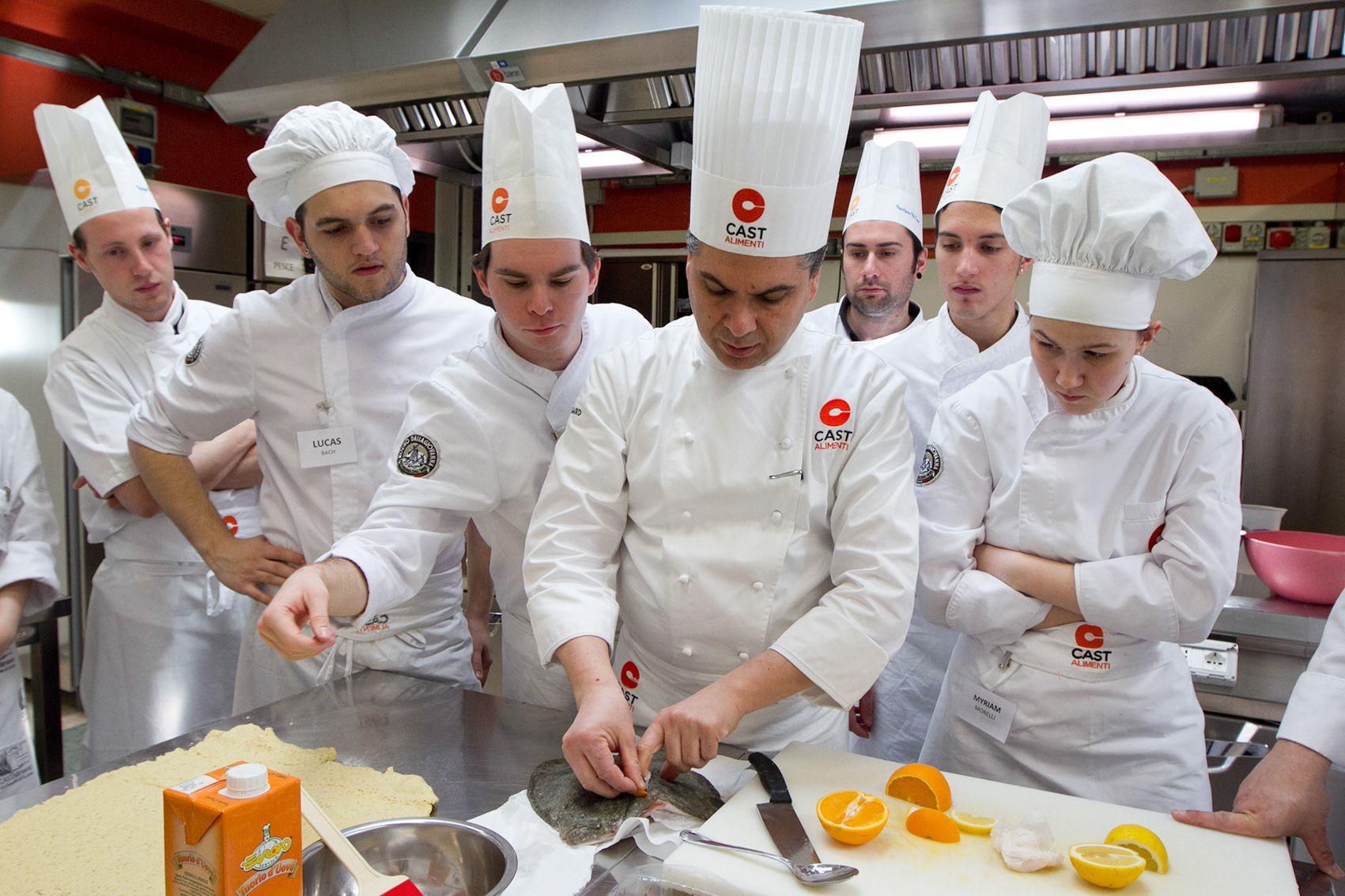Corso di alta formazione per cuoco. Aule a postazioni singole e multimediali con 16 partecipanti per edizione. Tutte le info: goo.gl/oJfPIH