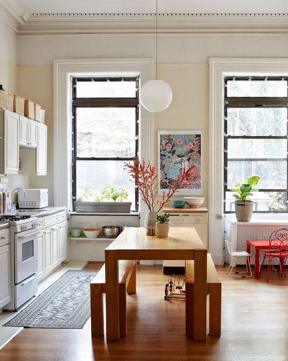 Un banco mesa para la cocina-comedor y así todo el mundo tiene sitio ...