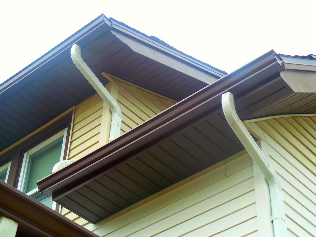 This Couple In Holland Chose A Royal Brown Look For The Soffit Fascia And Gutters In Their Home Just The Downspouts Are Wh Home Estimate House Exterior Home