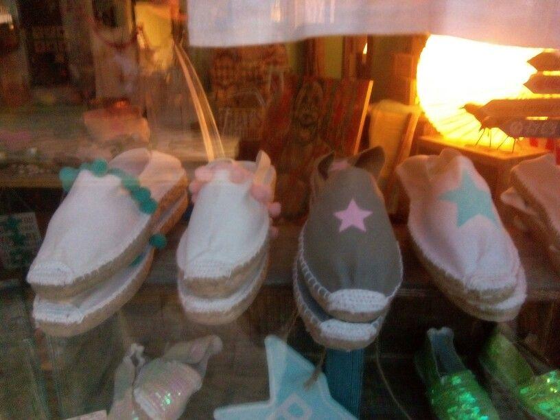 Alpargatas customizadas con pintura o pompones ..muy facil d hacer y buena idea para venderlas n un mercadillo