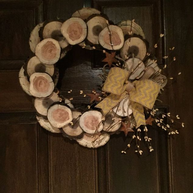 How to Make a Winter Wreath From Wood Slices