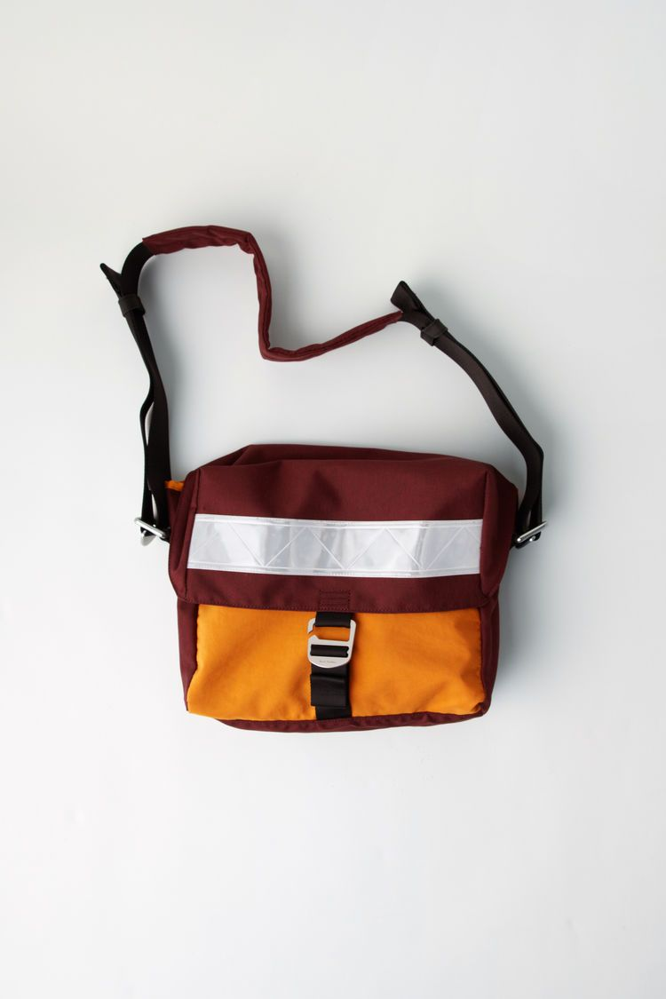 178e76e7a6 Acne Studios Blå Konst burgundy messenger bag with a Contrasting design.