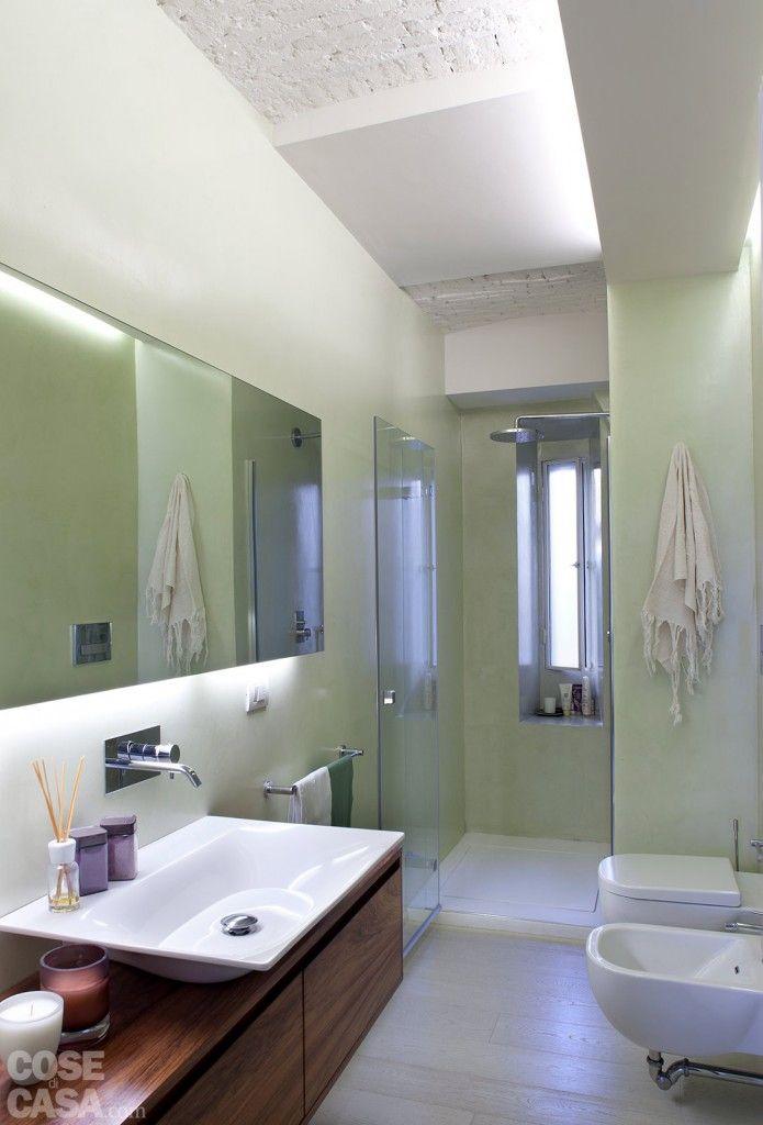 In bagno il soffitto in mattoni si alterna a ribassamenti in cartongesso che, oltre ad avere una ...