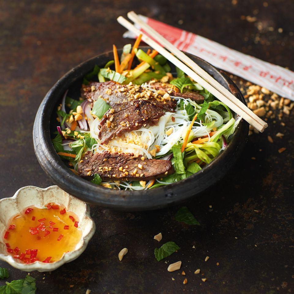 Lauwarmer Salat mit Rindfleisch, Reisnudeln und Thai-Dressing
