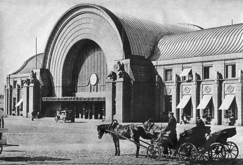 Helsingin rautatieaseman kivimiesten pikkusiskot tuhottiin sodassa – kuvat ennen ja jälkeen tuhon. (lots of pics of Viipuri railway station)