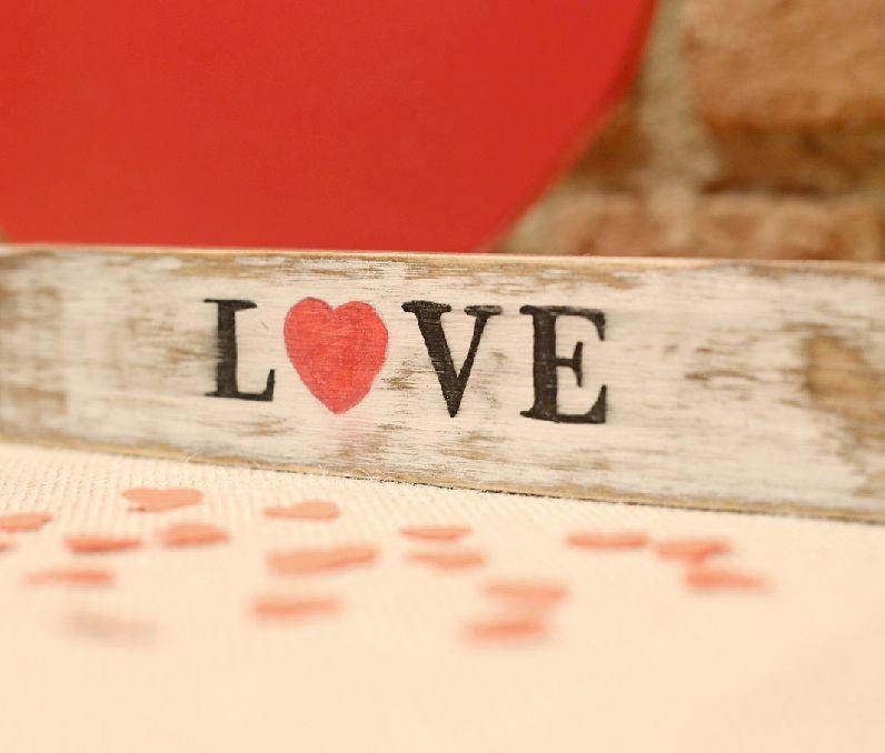 Madera decorativa para estantería palabra Love. Puedes encontrarla en shop.kitikidesign.com