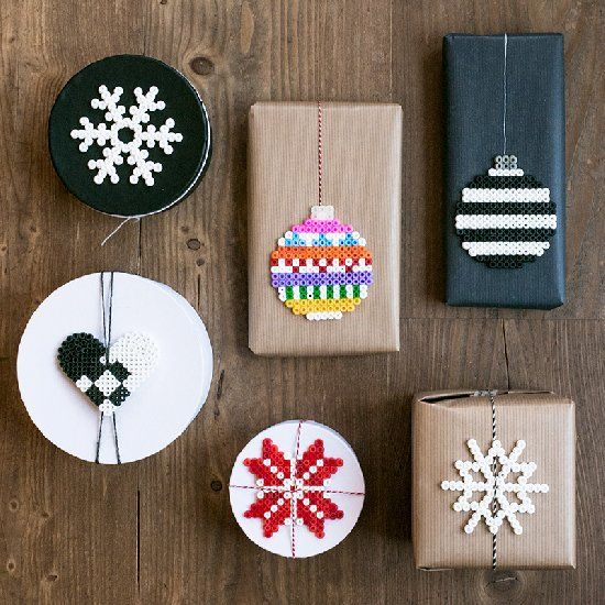 Make Christmas decorations or gift tags out of ordinary ironing beads. Tutorial in English and Swedish.