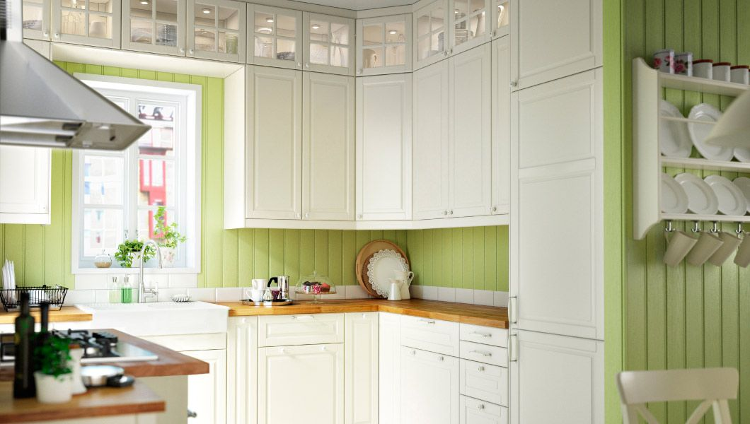 Küche mit BODBYN Schubladenfronten und Türen in Elfenbeinweiss ...