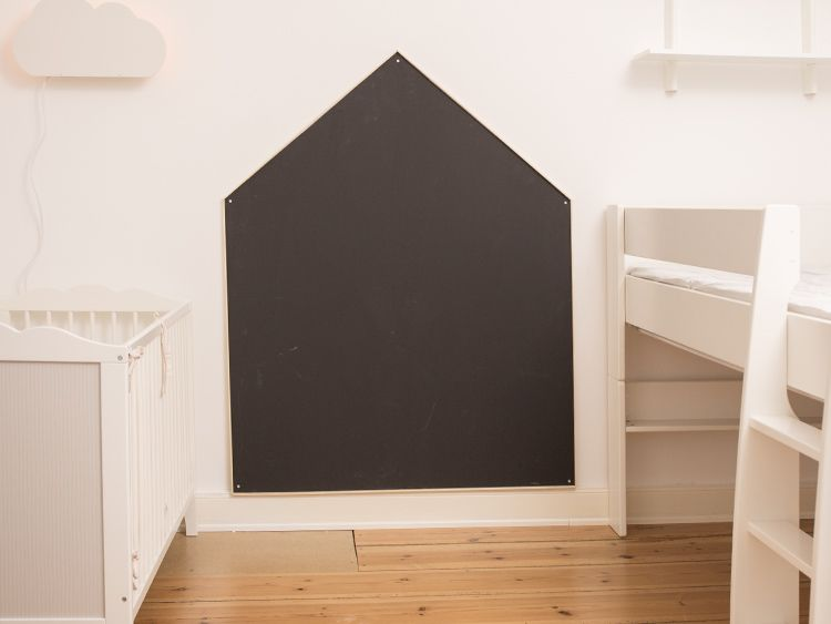 diy anleitung tafelwand in hausform f r das kinderzimmer bauen via cool ideas. Black Bedroom Furniture Sets. Home Design Ideas