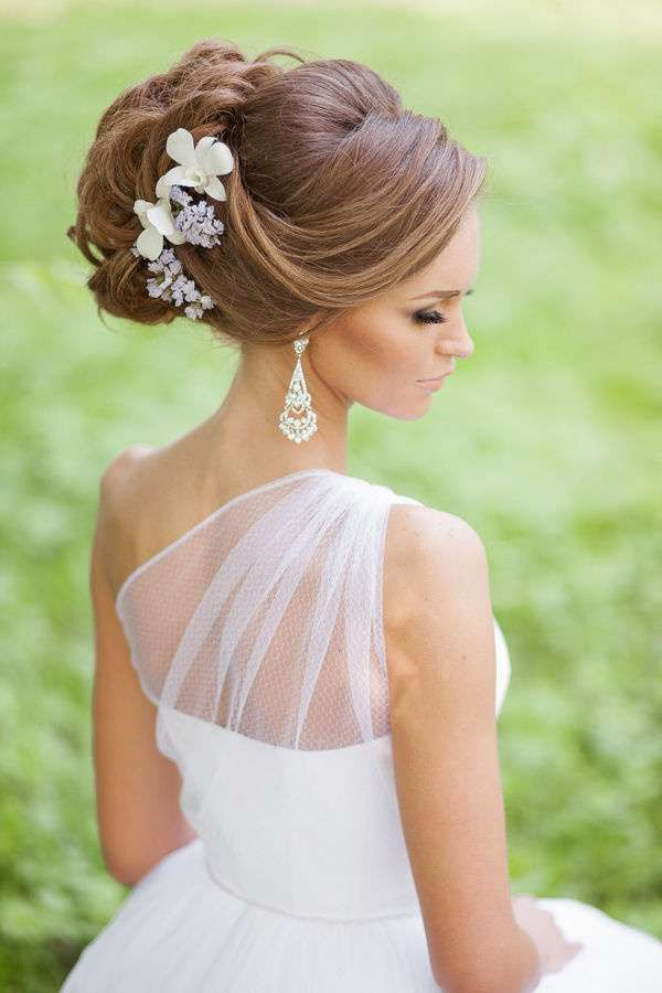 4f11ace34a73 Idee per acconciature da sposa con fiori tra i capelli - Raccolto alto con  fiori