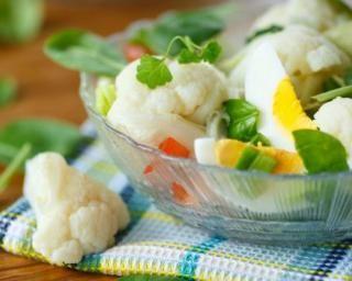 Salade de chou-fleur aux oeufs et aux tomates