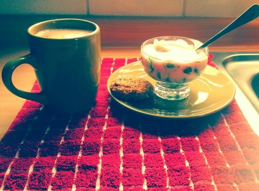 Desayuno: café con leche, yogurt y kiwi y una rica galleta de avena