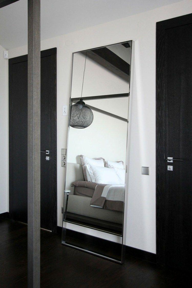 Der Designer Spiegel im Schlafzimmer ist sehr edel   Home ...