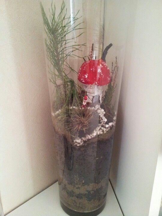 Pinkeltje van een stukje tak gemaakt en de paddestoel is gemaakt van een closet-rol met een grote dop met papiermache. Dit alles in een vaas met mos en plantjes.