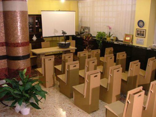 Sedie componibili per risparmiare spazio nello stoccaggio e nel trasporto