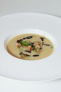 Riesling-Suppe mit Zimt-Croutons und Weintrauben