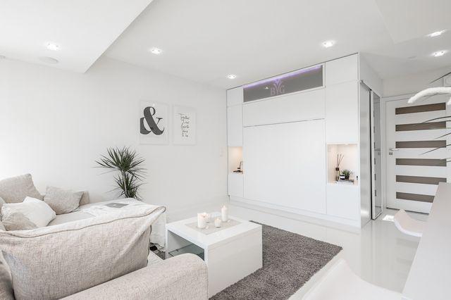 Tämä tyylillä saneerattu ja upean valoisaksi sisustettu yksiö tarjoilee persoonallisia ratkaisuita pienessä tilassa. Asunnon 33 neliötä muuntuu viihtyisästä kodista edustavaksi illanviettopaikaksi. Ko