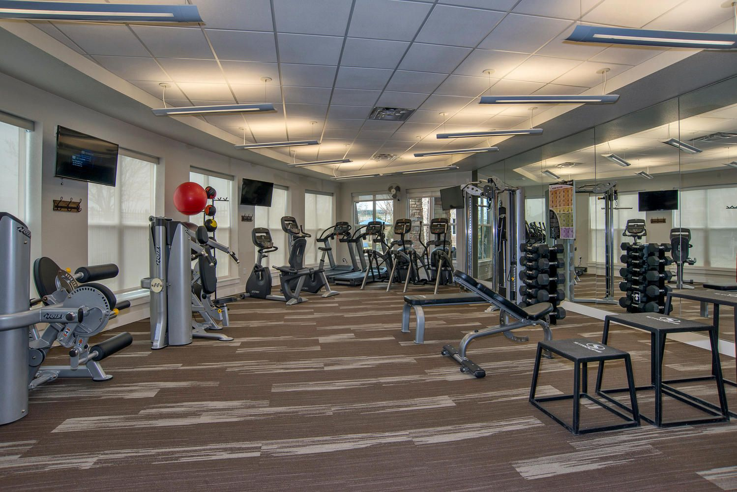 24 hr stateoftheart fitness center with free weights