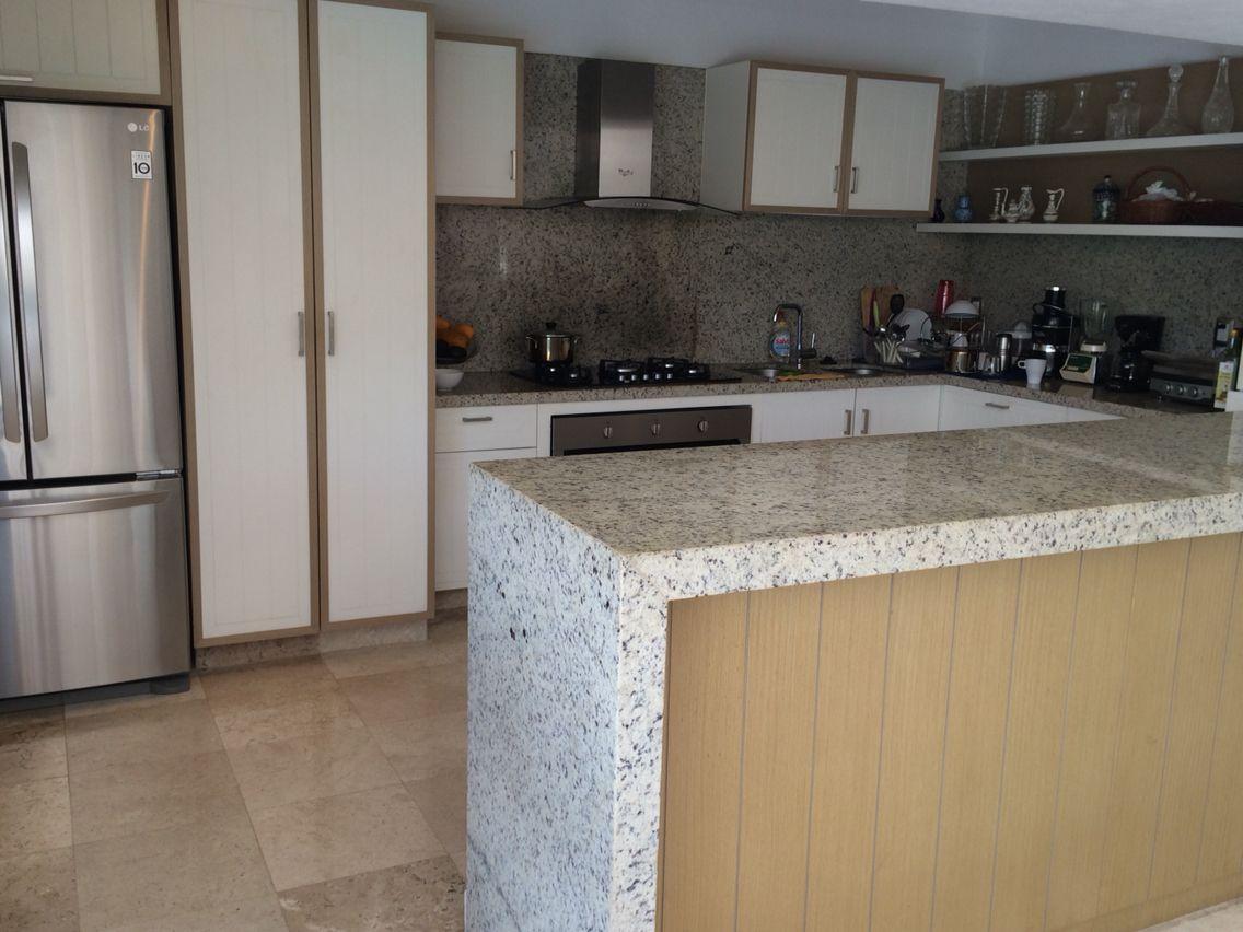 Cocina blanca con cubierta de granito Algrecacom