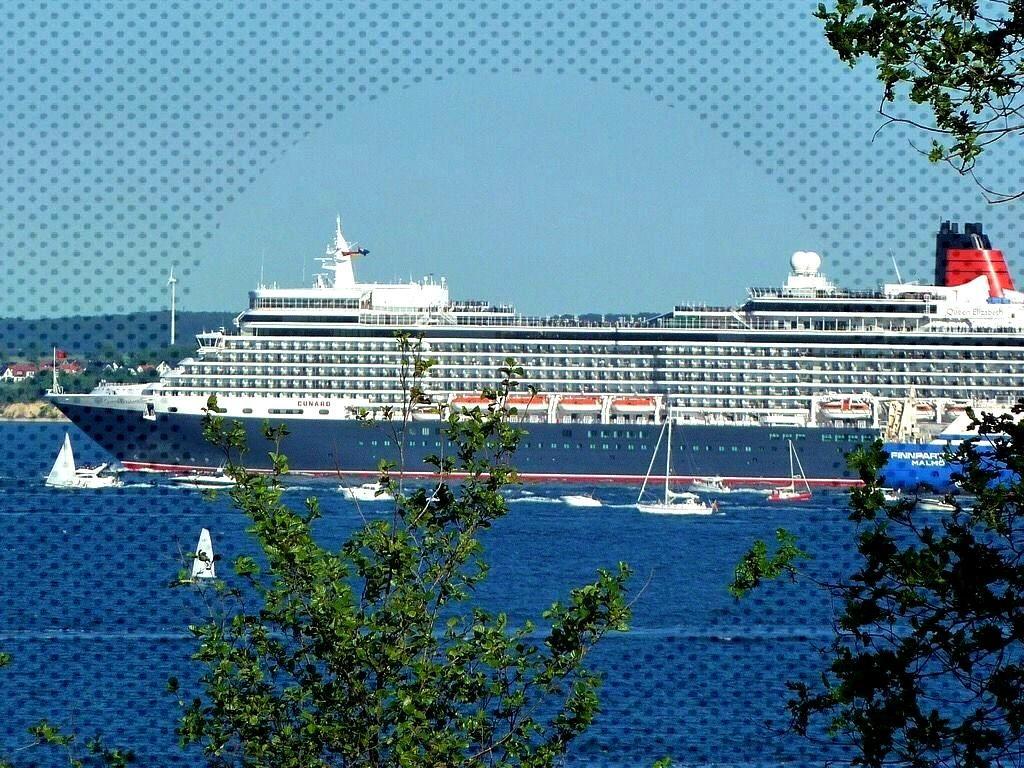 Queen Elizabeth departs, Hermannshöhe, Lübeck, Schleswig-Holstein, Northern Germany -