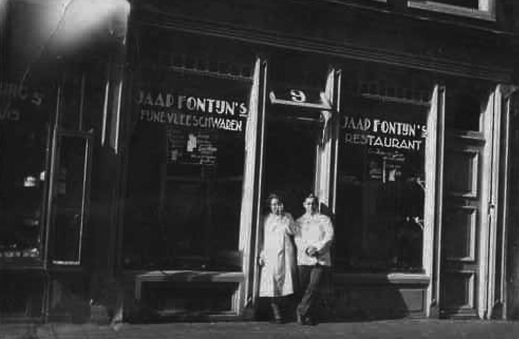 Marjan en Jaap Fontijn voor hun broodjeszaak aan de Haarlemmerstraat wie, wat, wanneer, waar Foto: collectie Fred Fontijn