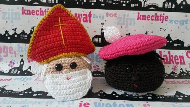 Leuk haakpatroon van cadeauzakjes in de vorm Sinterklaas en Zwarte Piet, gezien op susannenso . nl!