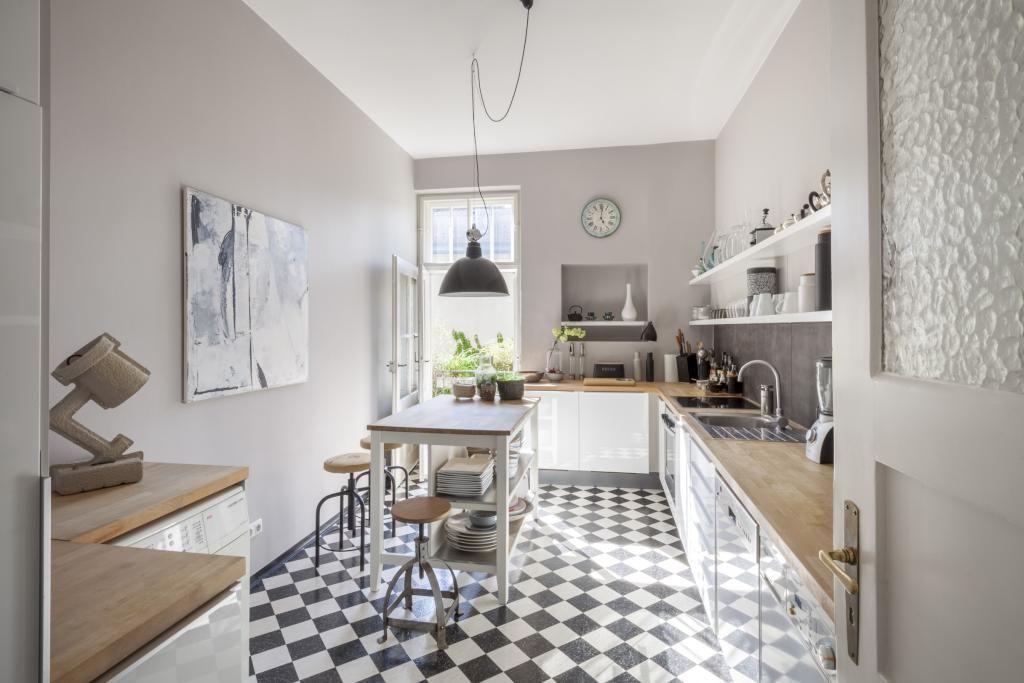 sch ne k che mit karobodenmuster modernen schr nken h lzerner arbeitsplatte und sonneneinfall. Black Bedroom Furniture Sets. Home Design Ideas