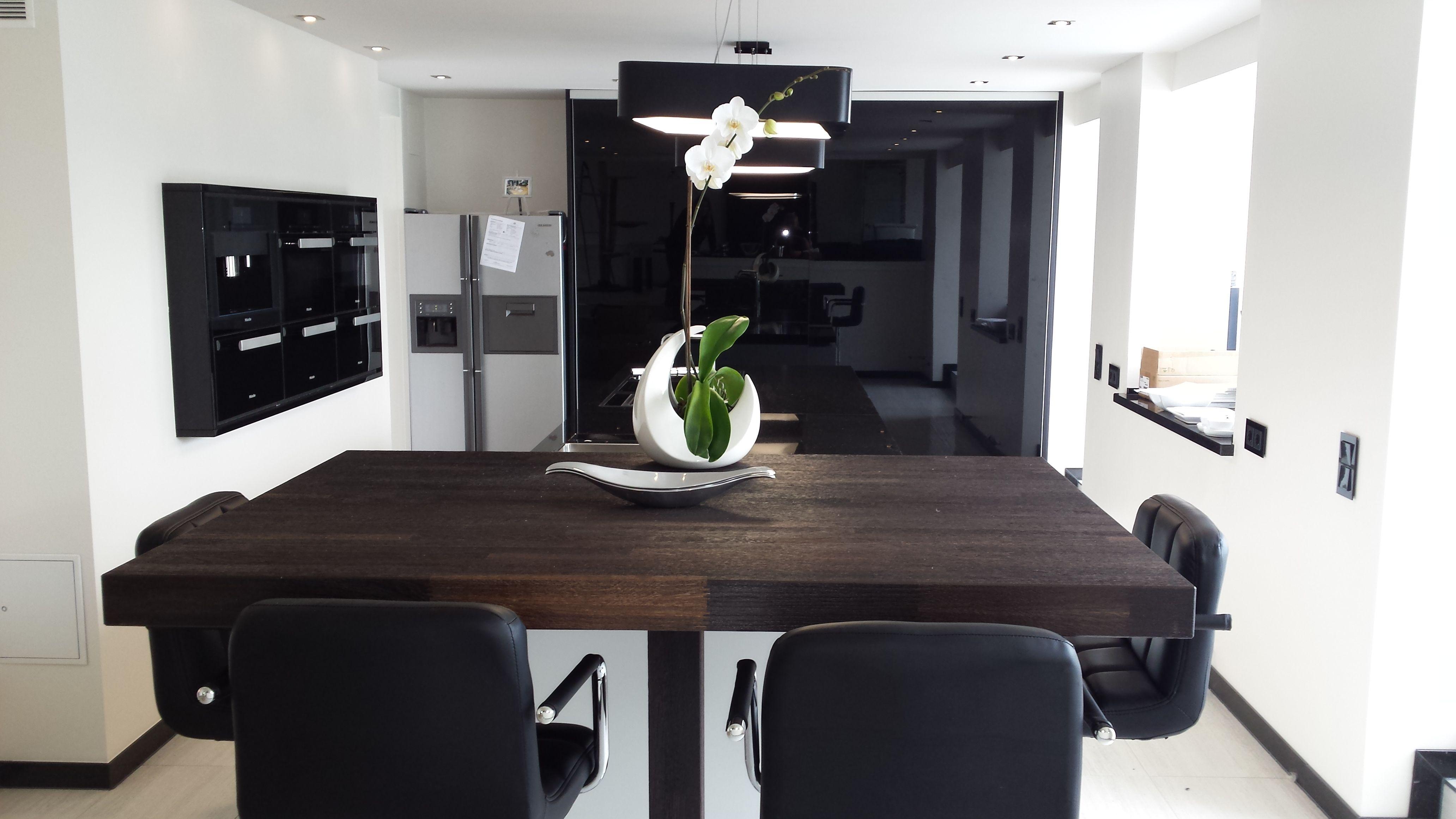 Elegante Inselküche mit Oberflächen in Hochglanzlack. Die ...