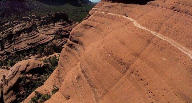 Pazzo Biker Tentativi To Ride a Red Rock scogliere di Sedona (5 foto)