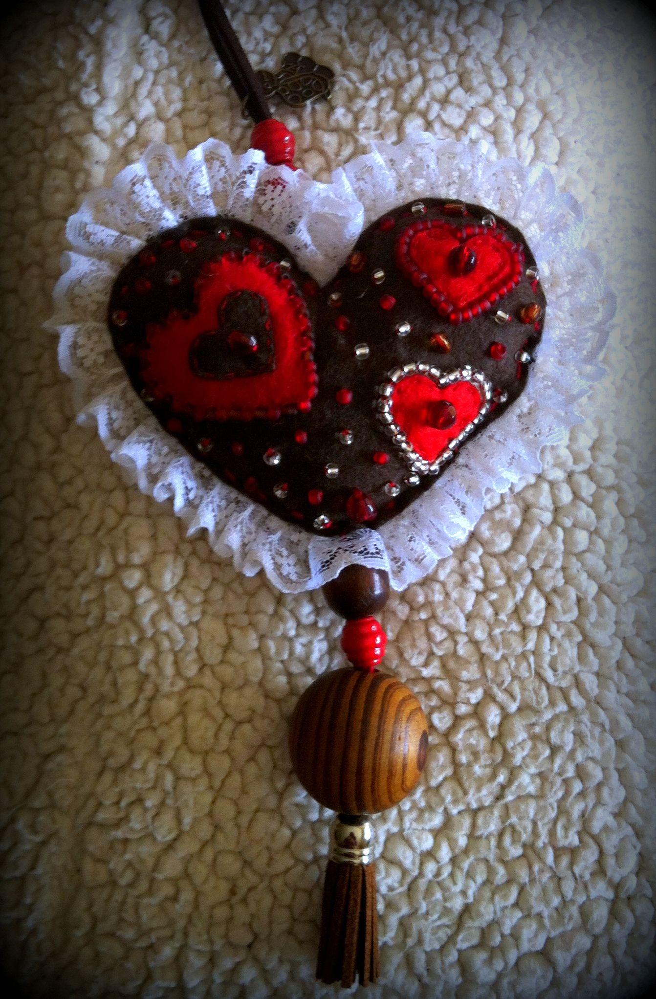 colar coração em feltro bordado com flores e missangas e debroado a renda