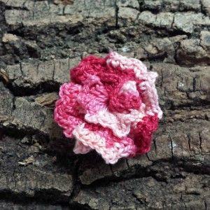 Boutonniere rojo degradado. Elige botón o alfiler. Hecha en España con algodón de calidad. Tamaño de 3 cm aproximadamente.