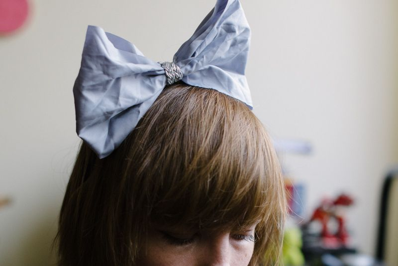 An easy tutorial for a DIY oversized bow headband that you can wear for the holiday season and beyond!