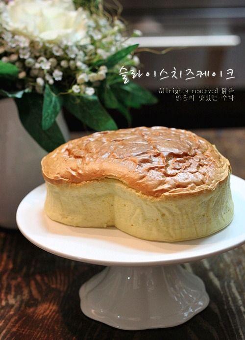 노 버터!!노 크림치즈!!...로치즈케이크를 만들었어요. 버터와 크림치즈가 들어가지 않아왠지 치즈케이크 만들기가 참 쉬울것 같단 느낌 안드셔요?!?ㅎ머랭 올릴때만 조금 힘들뿐이지나머진 왠만한 케이크 만드는것보다 더 쉽고재료도 구하기 쉬운 것들이라치즈케이크 먹고플때 가끔씩 만들어요. 노버터,노크림치즈!!대신 포도씨유와 슬라이스 치즈를 넣어 만든맑음의 슬라이스...