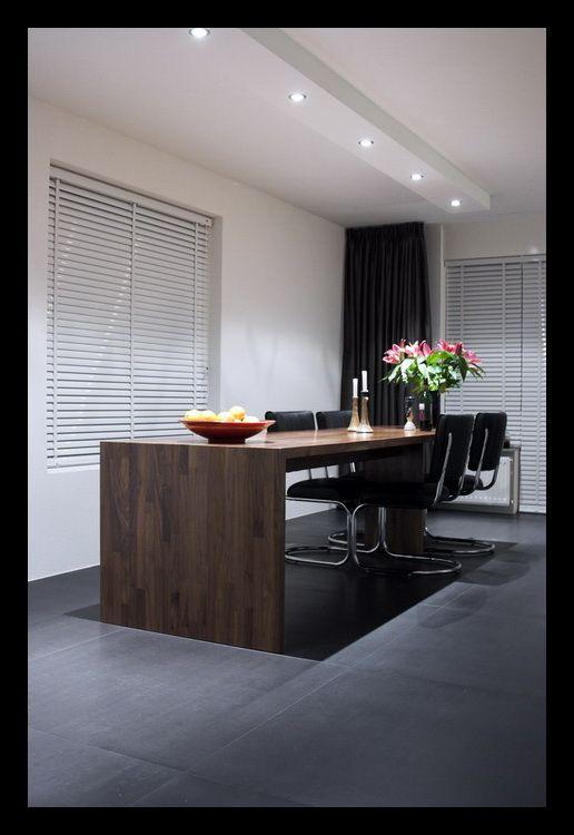 woonkamer-open-tegels-grijs-eettafel-notenhout-op-maat-gemaakt-spots ...