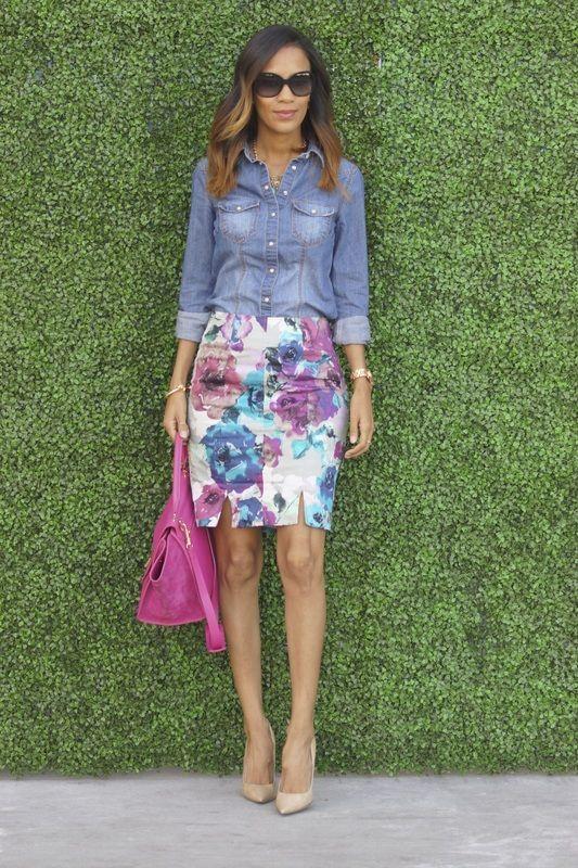 f9ca9cb12 Camisa denim combinada con una falda de estampado floral y zapatos nude